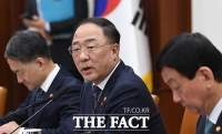 [TF포토] 긴급 경제장관회의 주재하는 홍남기 부총리