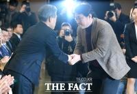 [TF포토] 노조위원장과 인사하는 윤종원 기업은행장