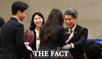 [TF포토] 꽃다발 받는 윤종원 기업은행장