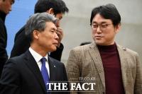[TF포토] 대화 나누는 윤종원 행장과 김형선 노조위원장