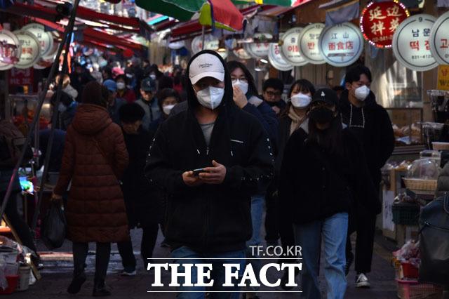 이동하는 사람들 대부분이 마스크를 착용하고 있다.