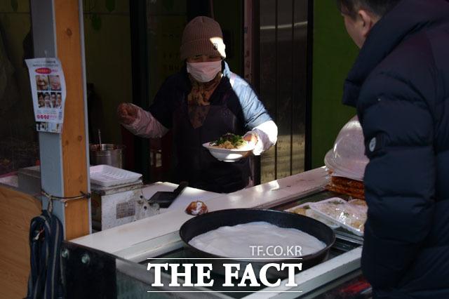상인들 대부분도 마스크를 착용, 특히 조리된 음식을 판매하는 경우 90% 정도 마스크를 착용하고 장사를 하고 있다.