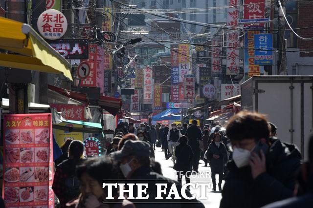 30일 점심 시간, 대림동 중앙시장을 찾은 주민들이 발길을 옮기고 있다.