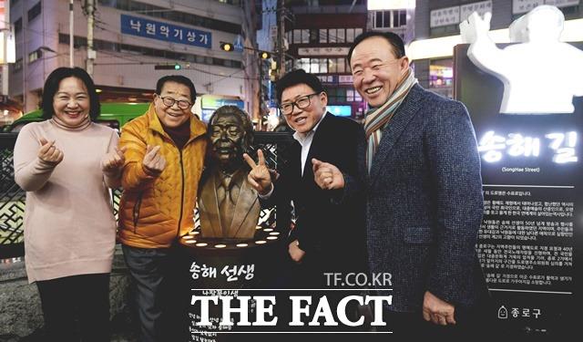 원로코미디언 송해(왼쪽에서 두번째)는 지난해 상반기 스페셜인터뷰로 만난 필자에게 내가 진짜 사랑하고 아끼는 코미디 후배는 엄용수라고 말한 바 있다. 사진은 엄용수(오른쪽에서 두번째)가 서울 종로구 관철동 송해 거리에서 송해와 다정한 포즈를 취하고 있다. /이선화 기자
