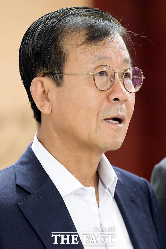 더불어민주당 공천관리위원회(위원장 원혜영)는 29일 4차 회의에서 대통령 이름을 공천적합도 조사에서 허용하지 않기로 정했다. /이선화 기자