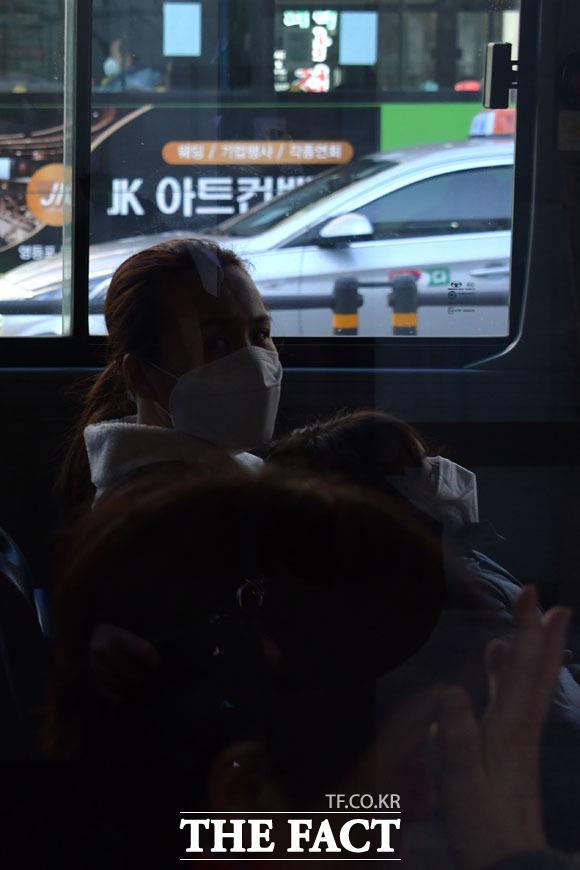 대림동을 지나는 버스 안에 마스크를 쓴 엄마와 아이가 마스크를 착용하지 않은 남성을 바라보고 있다.