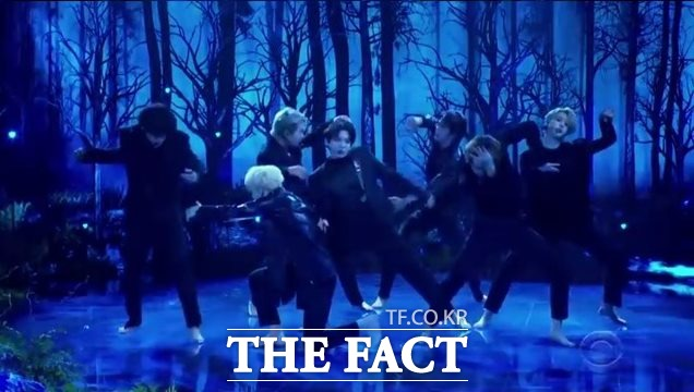 방탄소년단이 28일(현지시간) 미국 CBS 유명 토크쇼 더 레이트 레이트 쇼 위드 제임스 코든에 출연해 신곡 Black Swan 무대를 처음 공개했다./CBS 방송 캡처