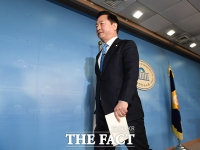 [TF포토] 정론관 나서는 김두관 의원