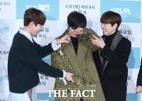 [TF포토] 김재환-산들, '선배님 포즈는 이렇게 해보세요~'