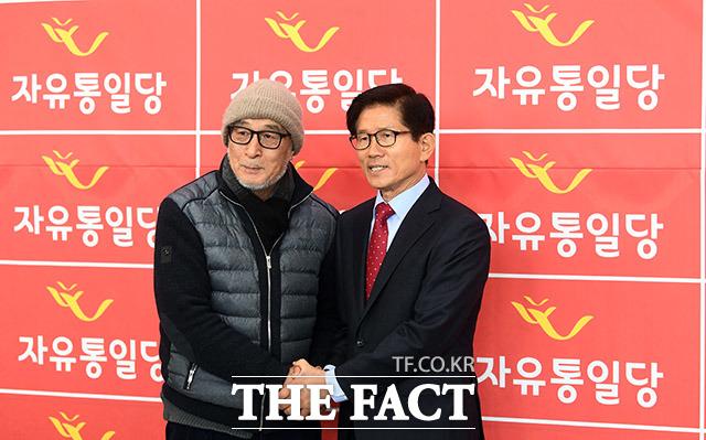 창당대회 시작 전 지지자와 기념촬영하는 김문수 대표