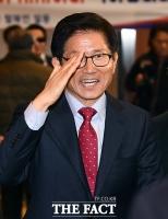 [TF포토] 지지자에게 거수경례하는 김문수