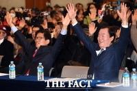 [TF포토] '자유통일당 만세' 외치는 김문수 대표