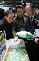 [TF포토] 손소독제 살펴보는 홍남기