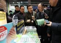 [TF포토] 손소독제 판매 매장 찾은 홍남기 부총리
