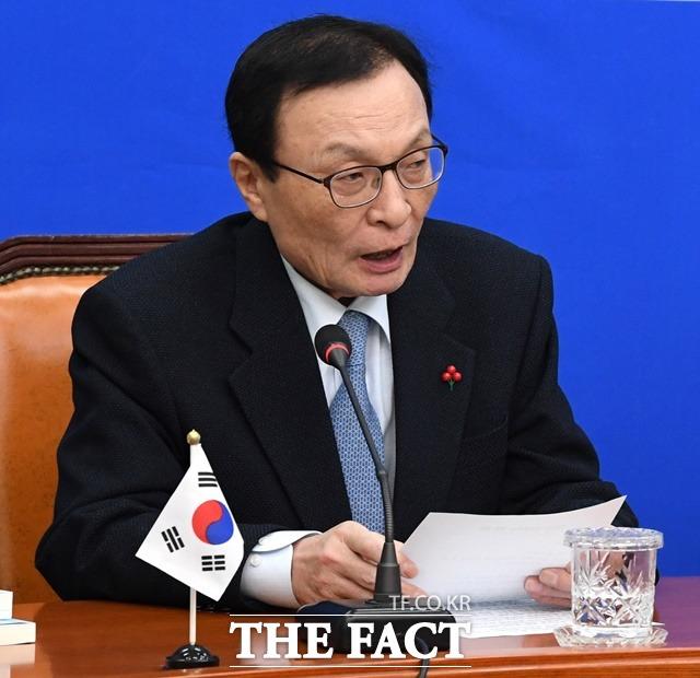 한국당은 4일 민주당 이해찬 대표와 이재정 대변인 등을 명예훼손 혐의로 고발했다. 이 대표가 이날 오전 국회에서 열린 영입인재 환영식에 참석한 모습. /남윤호 기자