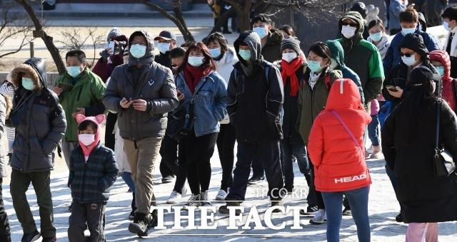 정부여당은 5일 고위 당정협의회를 열어 신종 코로나 대책을 논의할 예정이다. 지난 3일 경복궁을 찾은 관광객들이 마스크를 쓰고 있는 모습. /이동률 기자