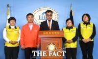 [TF포토] 마트 노동자와 함께한 김동우