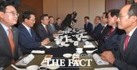[TF포토] 대구 지역 의원들과 오찬 갖는 황교안