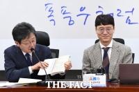 [TF포토] 김웅 저서 글귀 바라보는 유승민
