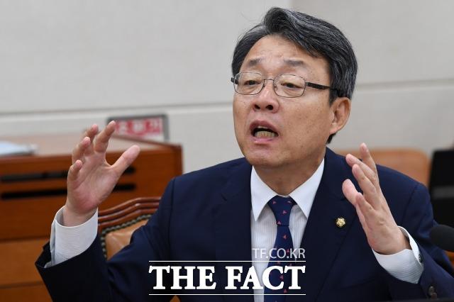 김성식 바른미래당 의원은 5일 바른미래당은 수명을 다했다. 잘못된 합당의 주역들이 분란의 축이 됐고 결국 당을 이리저리 찢어버렸다고 밝히며 탈당을 선언했다. /남윤호 기자