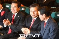 [TF포토] 미래한국당 한선교 대표 축하하는 황교안