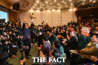 [TF사진관] '논란 속 미래한국당… 당 대표에 한선교'