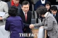 [TF포토] 의원들과 인사 나누는 황교안 대표