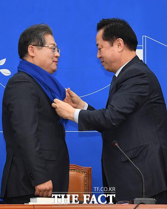 이재영 전 대외경제정책연구원장(왼쪽)에게 목도리를 선물하는 김두관 의원