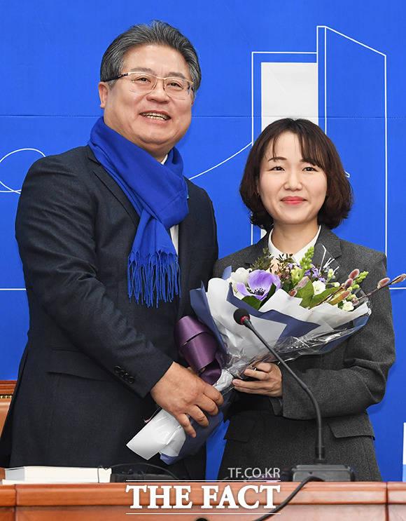 이재영 전 대외경제정책연구원장(왼쪽)에게 꽃다발 건네는 홍정민 변호사