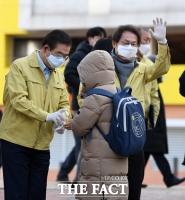 [TF포토] 박원순-조희연, '손 소독하고 등교하세요'