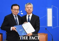 [TF포토] 입당 원서 제출하는 홍성국 전 대표