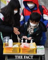 [TF사진관] '등굣길에 손 소독하는 초등학생들'