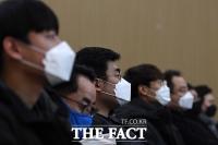 [TF포토] 마스크 착용한 설명회 참석자들