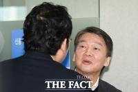 [TF포토] 의사협회장과 인사나누는 안철수 전 대표