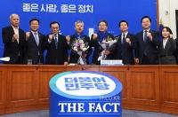 [TF사진관] 더불어민주당 경제전문가 인재영입, '홍성국과 이재영'