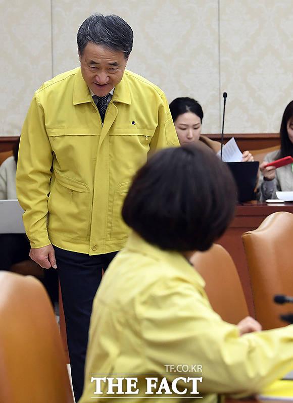 유은혜 사회부총리 겸 교육부 장관에 목례하는 박능후 보건복지부 장관(왼쪽)