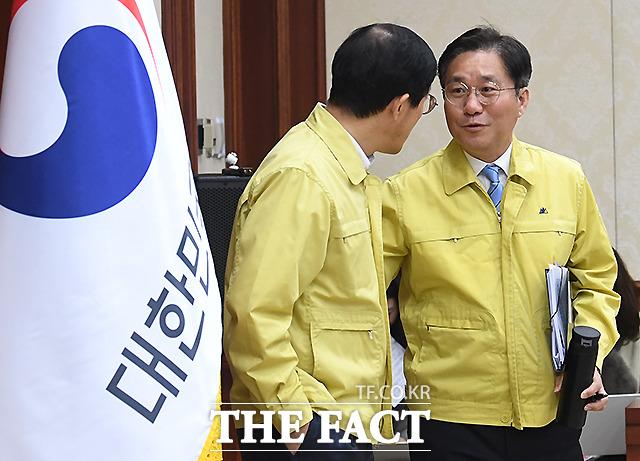 이호승 청와대 경제수석과 대화 나누는 성윤모 산업통상자원부 장관(오른쪽)