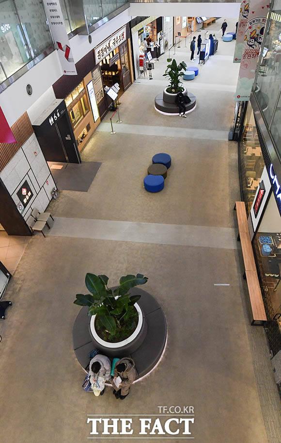 서울 강서구의 한 대형 쇼핑몰 역시 손님이 없어 한산하다.