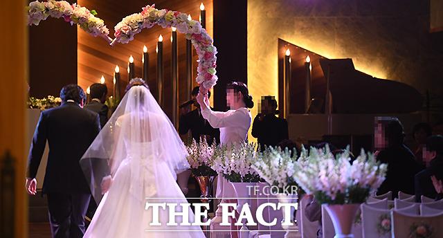 축복 받아야 할 결혼식이 신종코로나 여파로 썰렁.