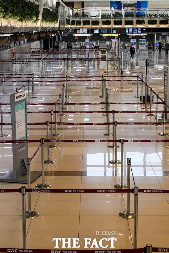 김포국제공항의 체크인 카운터가 텅 빈 모습을 보이고 있다.
