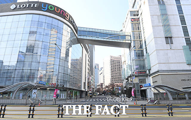 23번째 확진자의 방문으로 임시 휴업에 들어간 롯데백화점 본점.