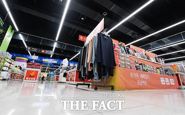 신종 코로나바이러스 감염증의 확산이 지속되는 가운데 8일 서울 강서구의 한 대형마트가 평소보다 한산한 모습을 보이고 있다. /김세정 기자
