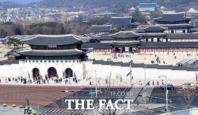 서울 경복궁 앞 광화문 도로가 한산한 모습을 보이고 있다.