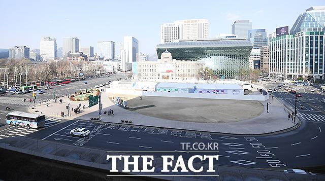 서울광장 앞 도로도 썰렁, 서울광장 앞 스케이트장 역시 조기 폐장됐다.