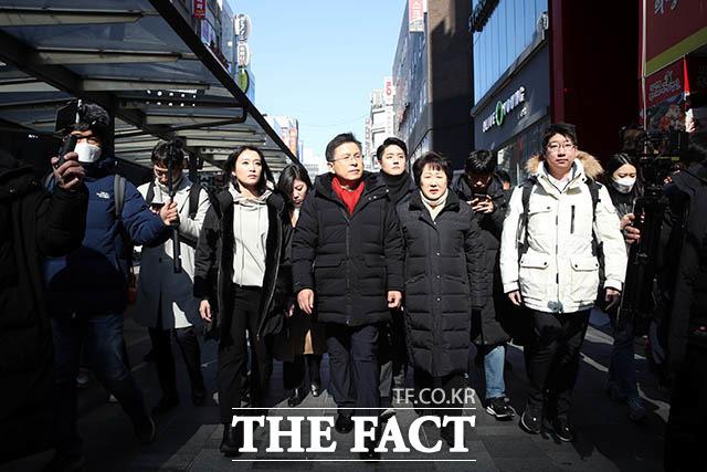 첫 현장 행보로 종로구 관철동 젊음의 거리를 찾은 황교안 자유한국당 대표