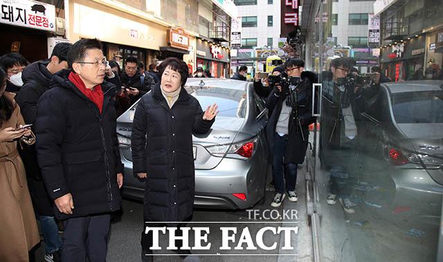 황 대표가 젊음의 거리 일대의 공실 상가를 둘러보고 있다.