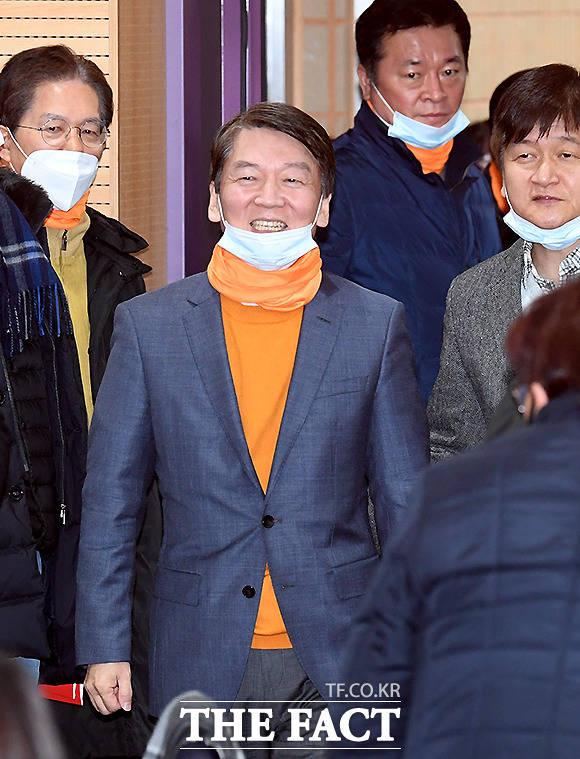 안철수 전 대표가 창당을 준비 중인 국민당은 오렌지색으로 정했다. 안철수 창당준비위원장이 밝은 모습으로 들어오고 있다. /이새롬 기자
