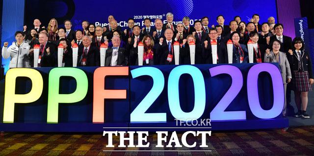 9일 오후 강원도 평창군 대관령면 알펜시아컨벤션센터에서 열린 2020 평창평화포럼 개회식에서 참석자들이 2024 강원동계청소년올림픽 유치성공 세리머니를 하고 있다. /평창=남윤호 기자