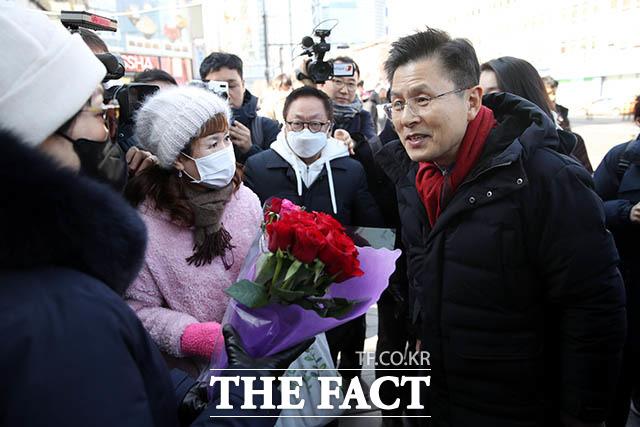 지지자들이 꽃다발을 전달하려 하자 꽃다발은 정중히 사양하겠습니다라고 말하는 황 대표