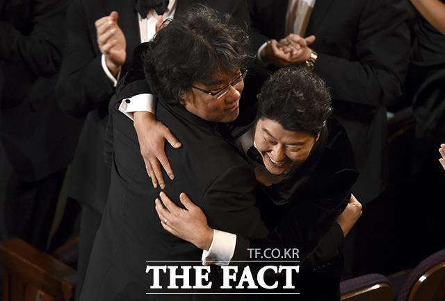 작품상까지 수상! 배우 송강호(오른쪽)와 다시 한 번 포옹하는 봉준호 감독